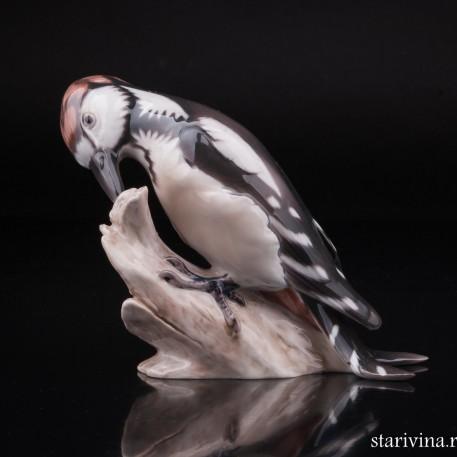 Фигрука птицы из фарфора Пестрый дятел на пне, Bing & Grondahl, Дания.